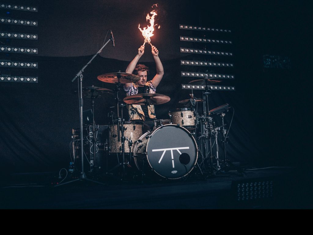 """Car-bound audience and drummer on fire. Mirai – Live Drum Cam: """"Otchi"""""""